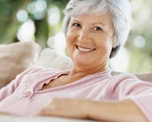 Mulher idosa sorrindo